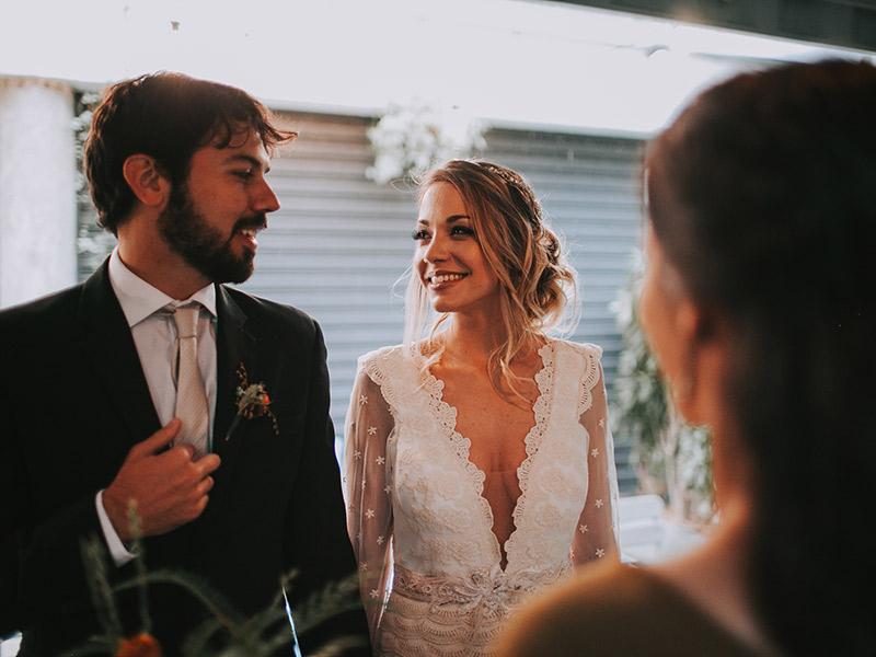 Casamento boho chic noivos com a cerimonialista