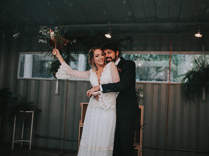 Casamento boho chic noivos comemorando a cerimônia