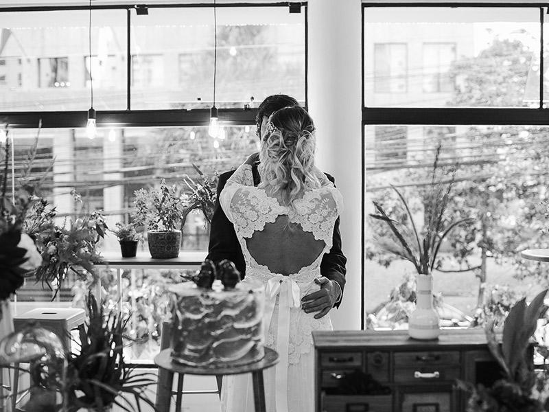 Casamento boho chic noivos de costas na decoração