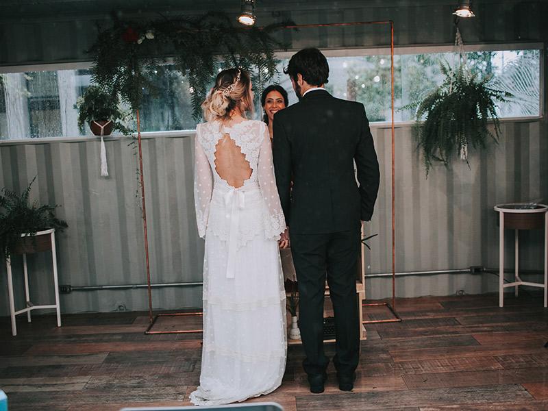 Casamento boho chic noivos em frente a cerimonialista