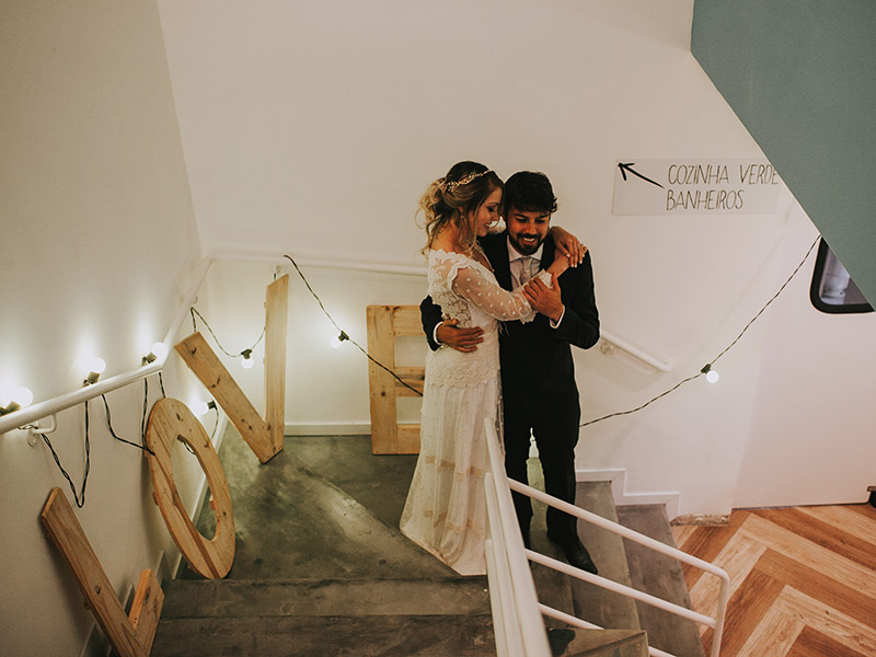 Casamento boho chic noivos em uma escada com decoração love