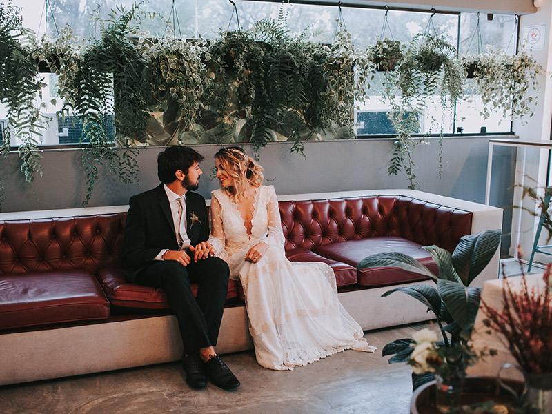 Casamento boho chic noivos na decoração