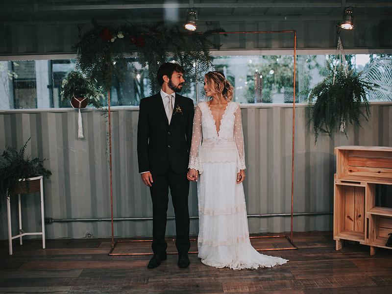 Casamento boho chic noivos no altar
