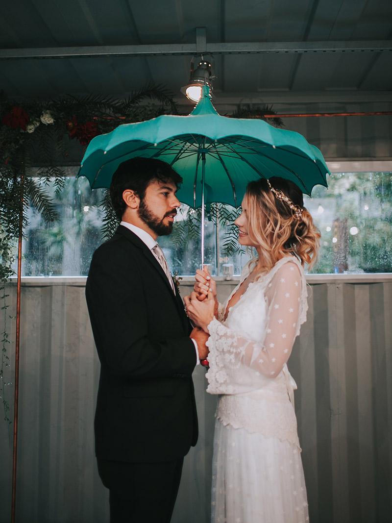 Casamento-boho-chic-noivos-no-altar-com-guarda-chuva-33