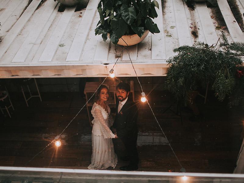 Casamento boho chic noivos posando para foto
