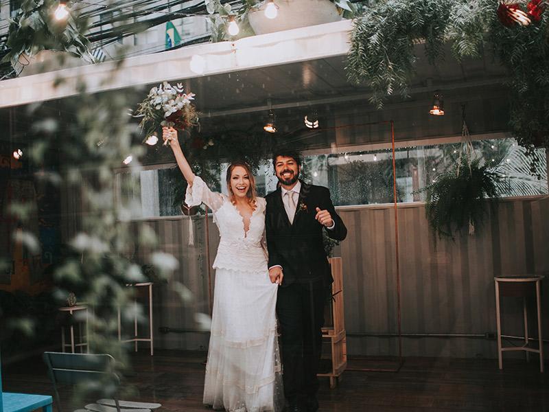 Casamento boho chic noivos saindo da cerimônia