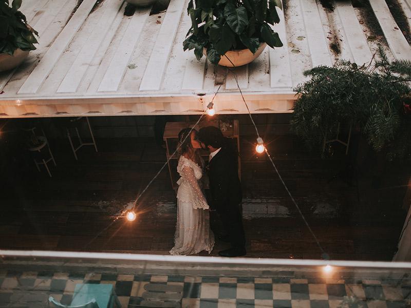 Casamento boho chic noivos se beijando