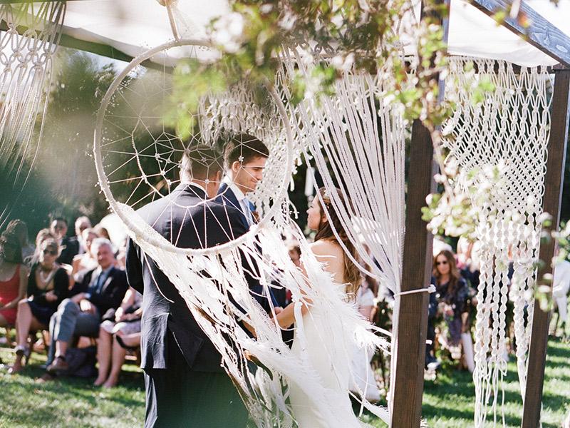 Cerimônia de casamento noivos celebrando com apanhador de sonhos