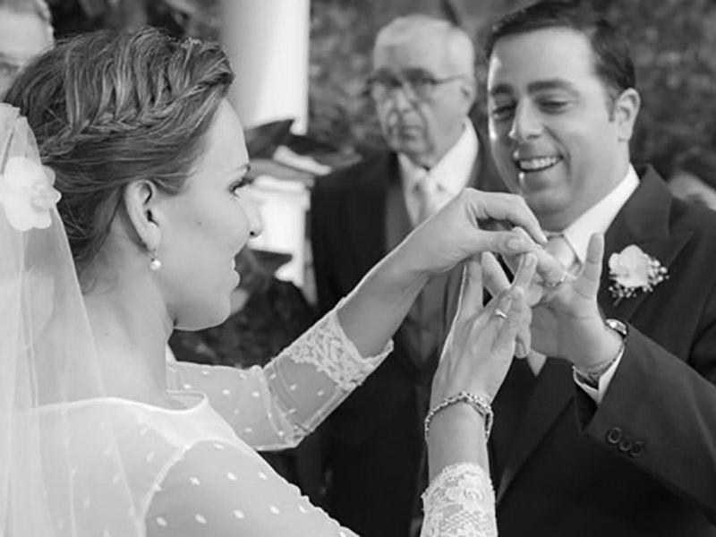 Cerimônia de casamento noivos celebrando com dedos