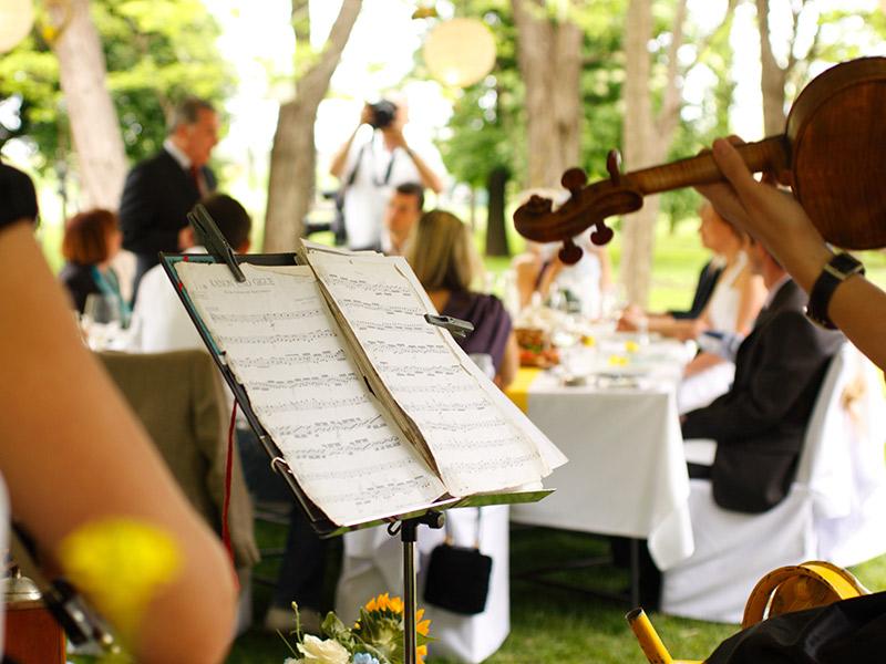 Cerimônia de casamento noivos celebrando com música