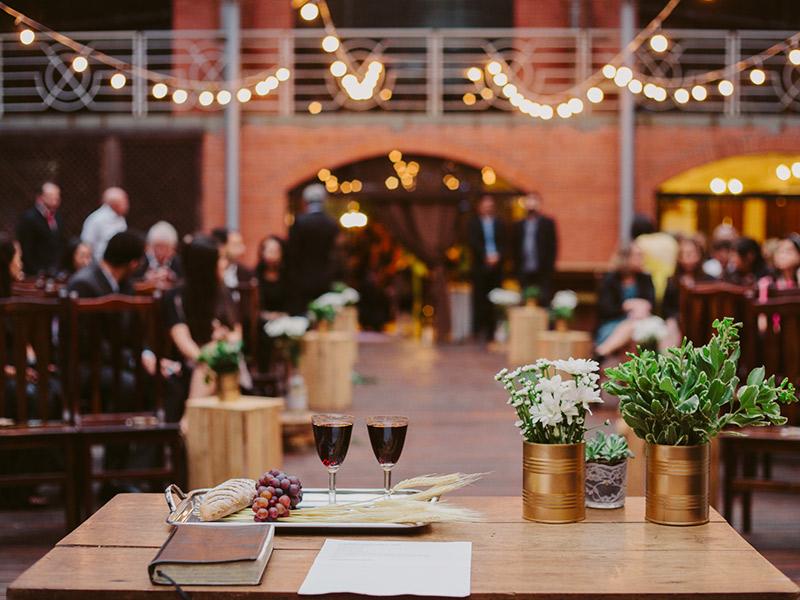 Cerimônia de casamento noivos celebrando com vinho