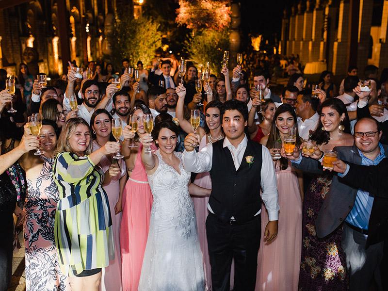 Como organizar as fotos do casamento noivos brinde