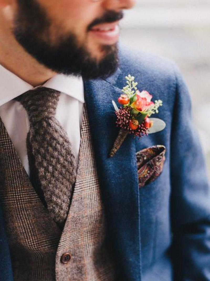 Flor de lapela flores do campo e noivo com terno azul escuro