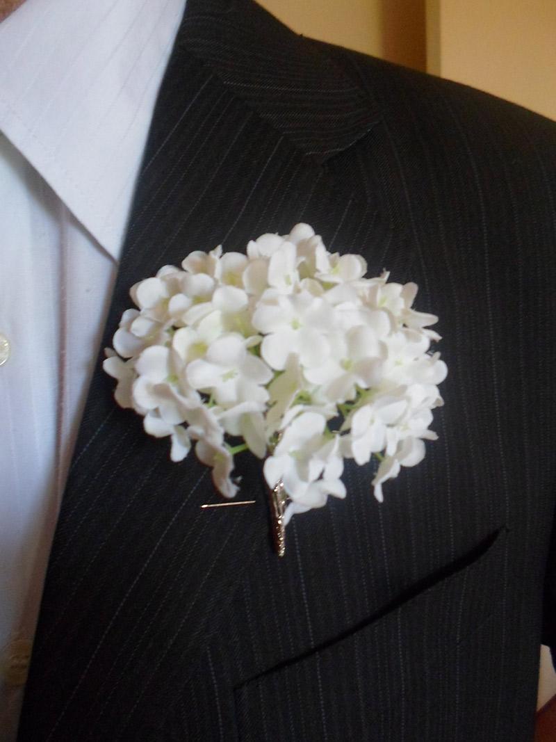 Flor de lapela hortênsia e noivo com terno preto