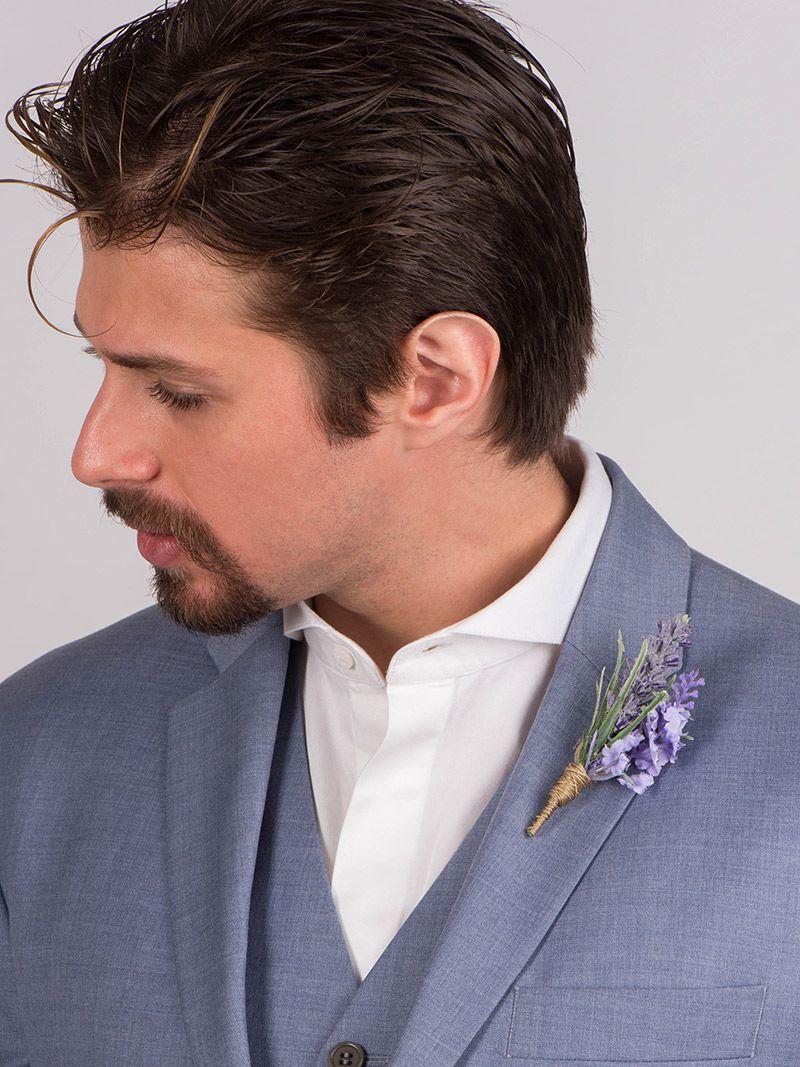 Flor de lapela lavanda e noivo com terno azul claro