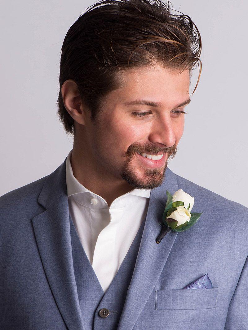 Flor de lapela rosa branca e noivo com terno azul claro