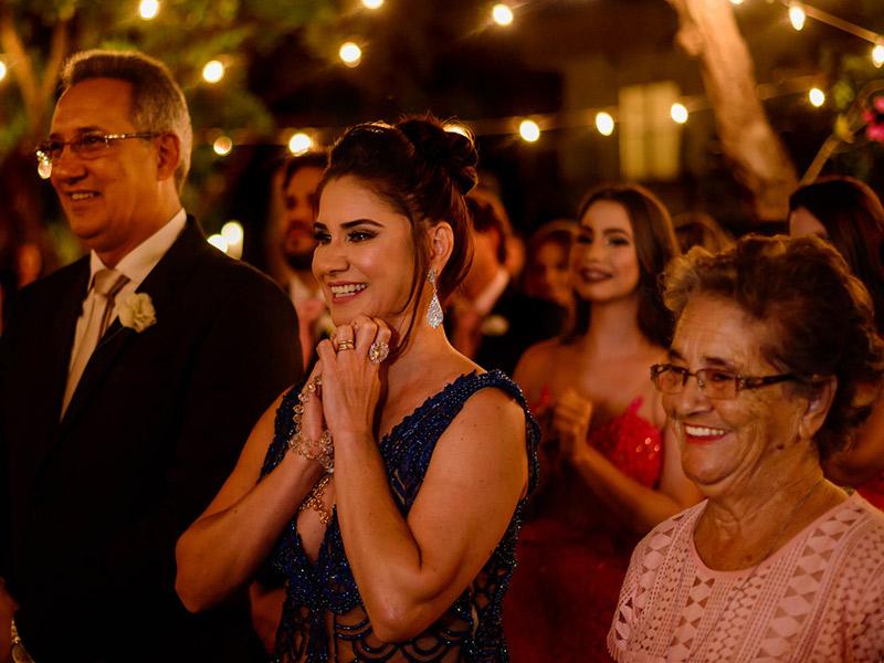 Mini Wedding familia da noiva olhando para altar
