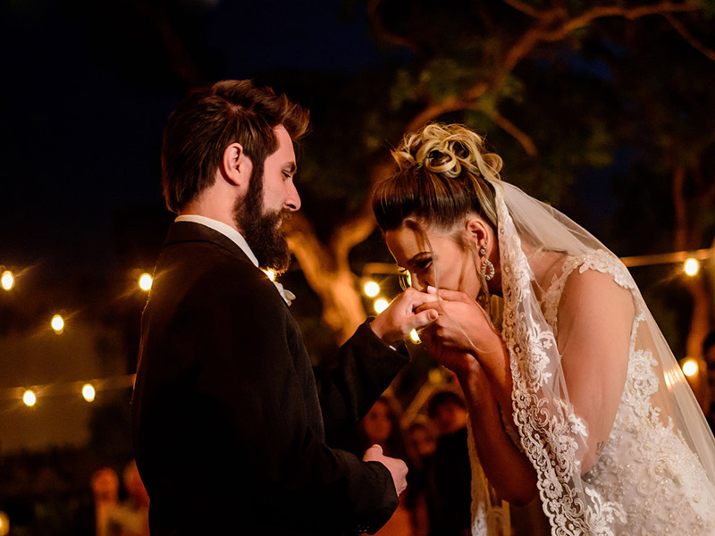 Mini Wedding noiva beijando a mão do noivo