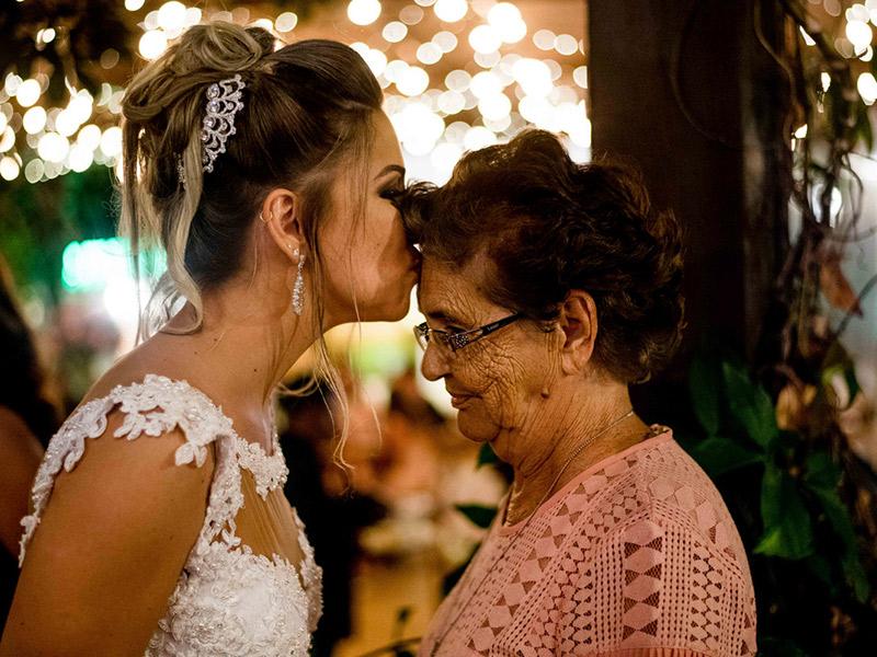 Mini Wedding noiva beijando avó na testa