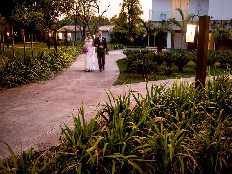 Mini Wedding noiva indo para a cerimônia com o pai