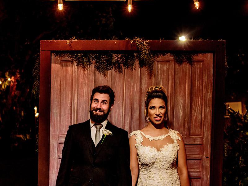 Mini Wedding noivos fazendo careta para foto