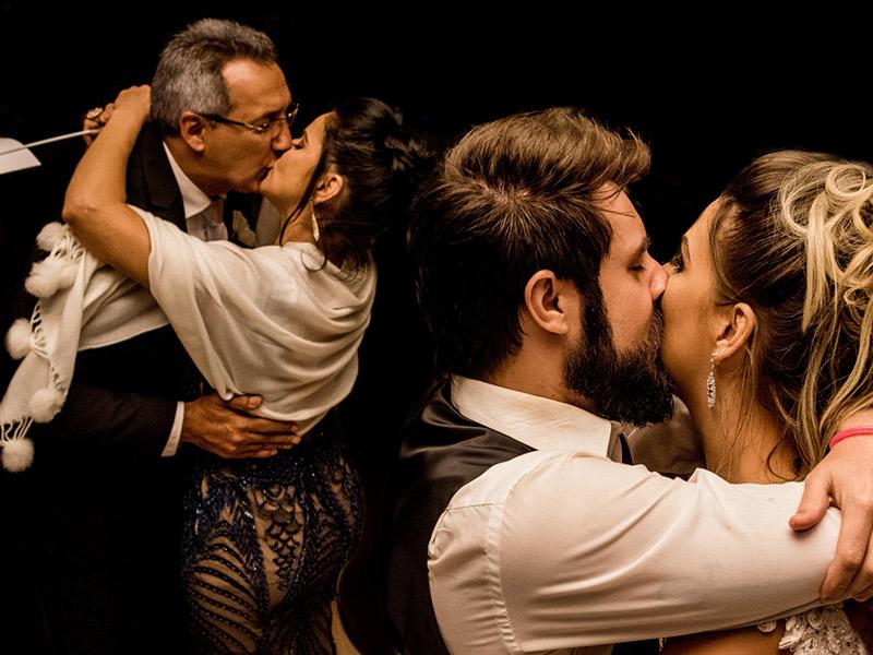 Mini Wedding noivos se beijando ao lado dos pais da noiva que estão se beijando