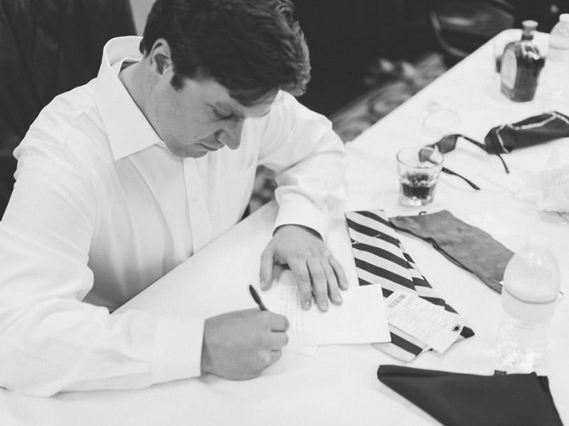 Votos de casamento noivo escrevendo