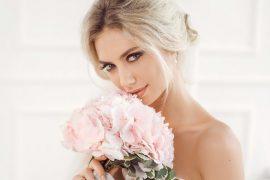 noiva-com-maquiagem-natural-segurando-buque-de-rosas