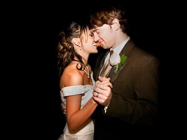Casal de noivos dançando |Foto: iStock