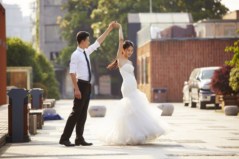 Casal de noivos dançando na rua |Foto: iStock