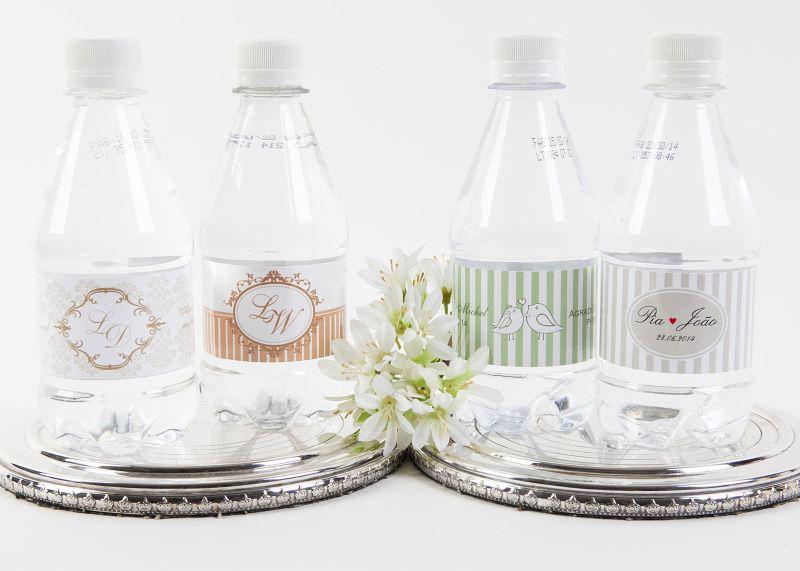 Garrafinhas de água personalizadas que podem ser usadas como lembrancinhas de casamento para convidados