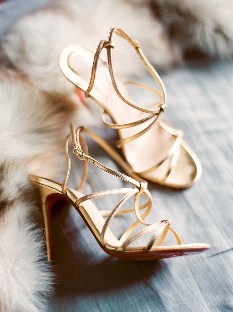 sandalia-de-tiras-dourada-para-combinar-com-vestido-de-festa-curto
