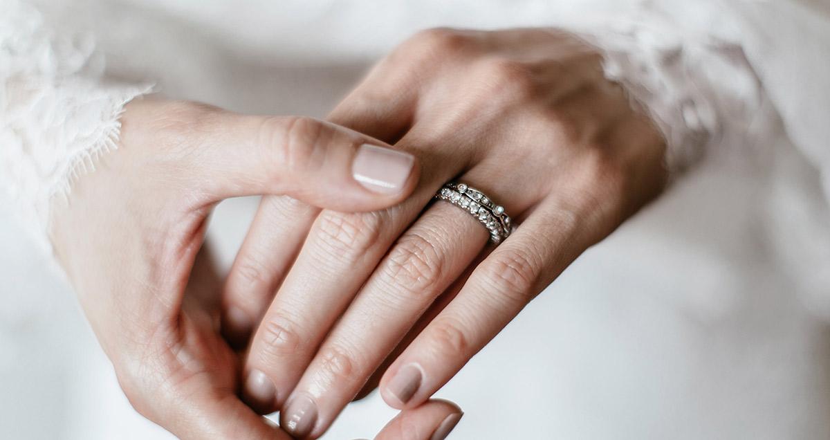 e683a552722 Alianças de noivado  saiba como escolher o modelo!