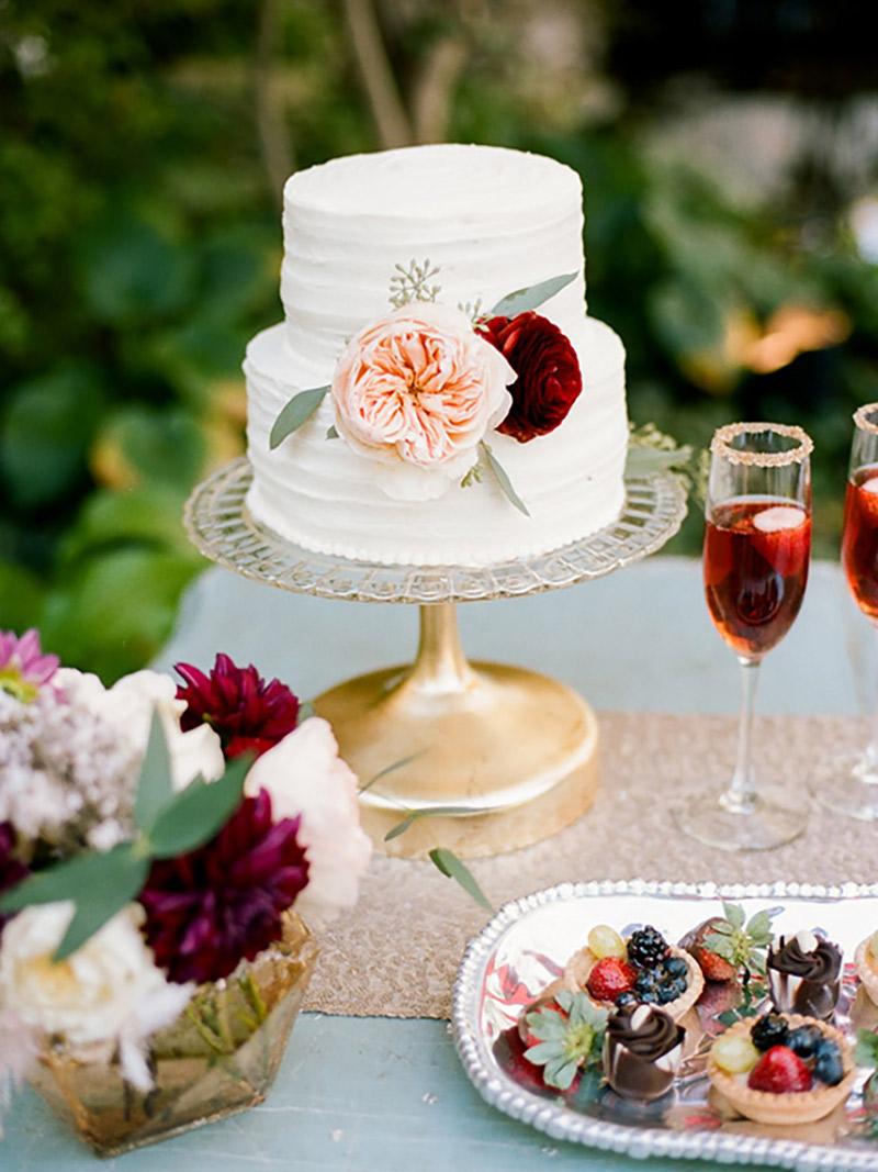 Bolo de casamento simples com dois andares