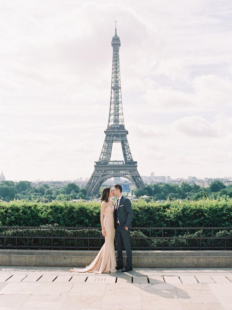 Casal se beija em frente à Torre Eiffel, em Paris, na França