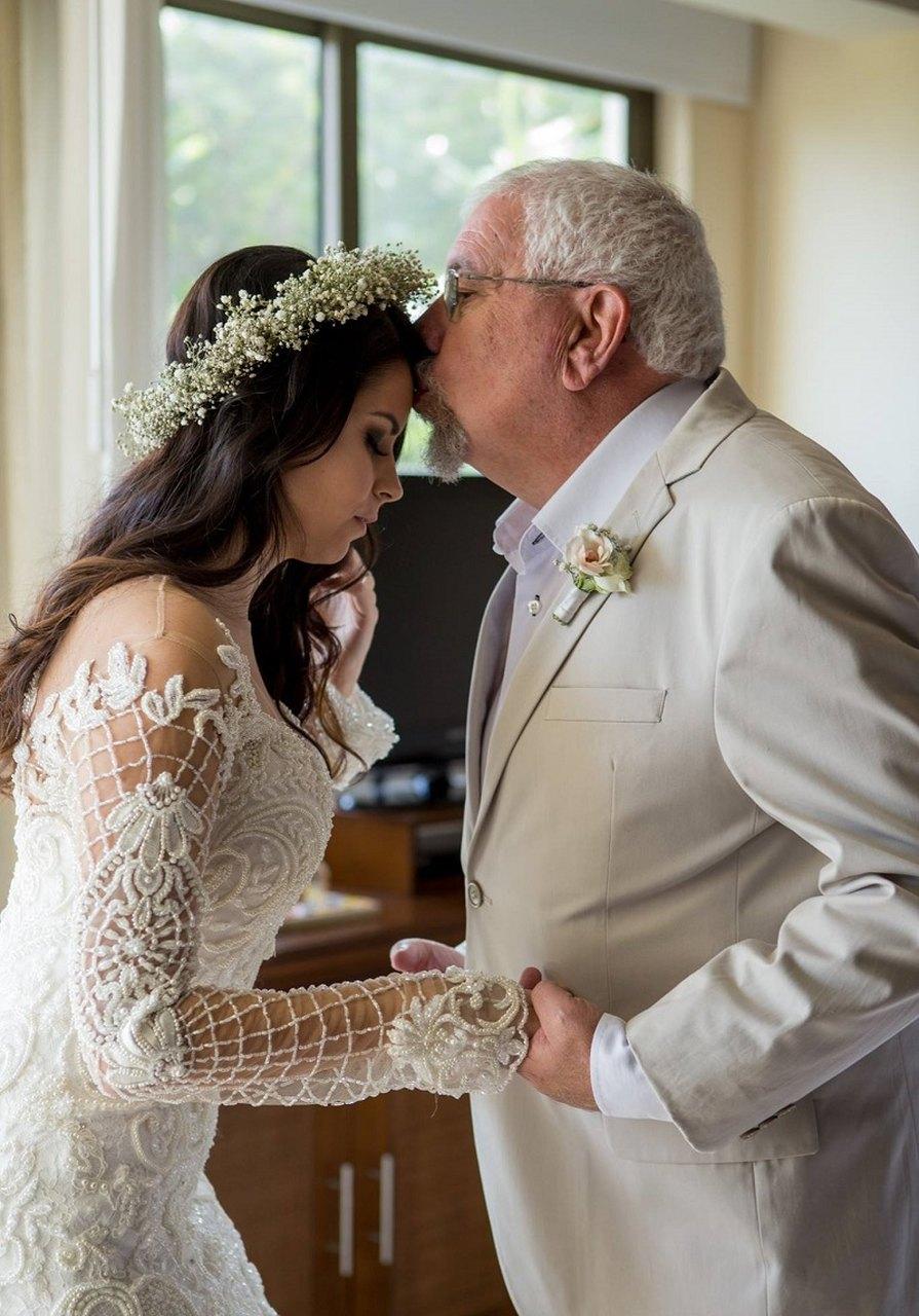 pai-beija-testa-da-filha-apos-ve-la-pronta-para-subir-ao-altar