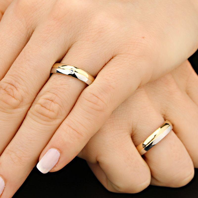 9b5a18f0770c5 Proporção das alianças de casamento de ouro nas mãos   Crédito  Casa das  Alianças