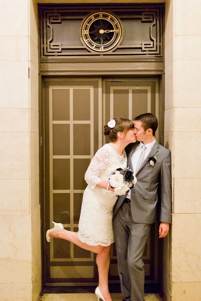 casal-se-beija-apos-cerimonia-de-casamento-civil