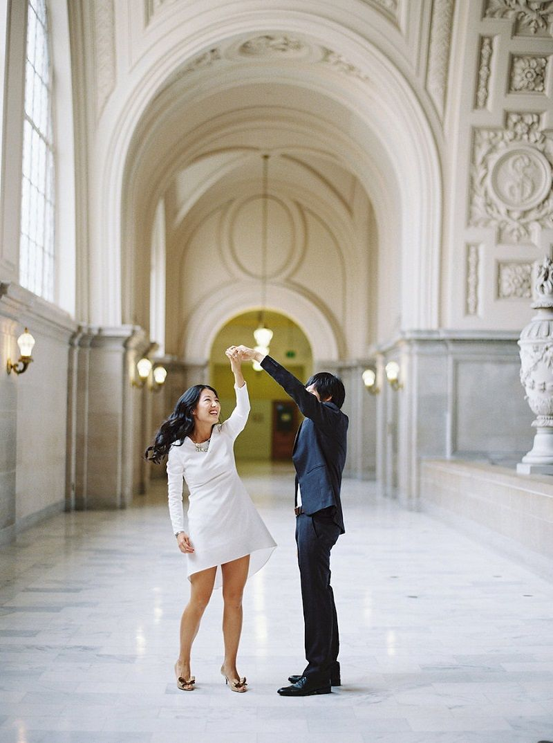 casal-danca-em-cartorio-apos-casamento-civil