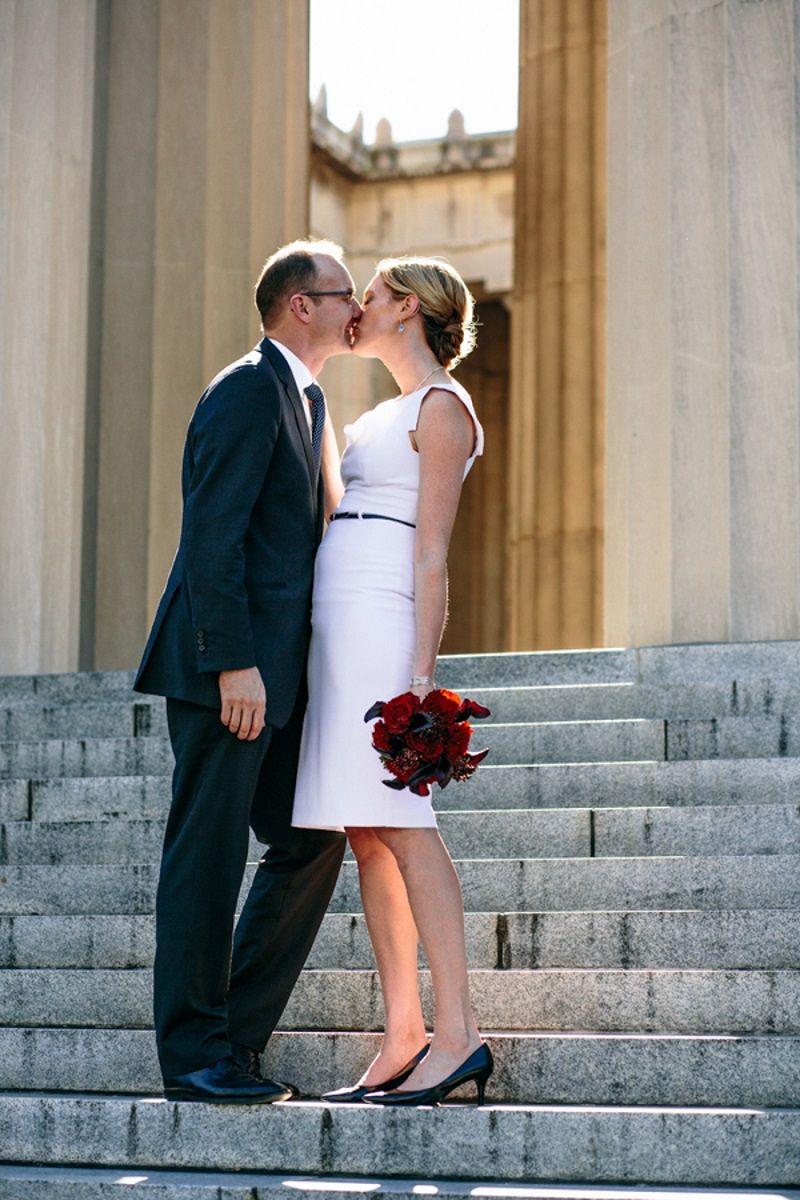 casal-se-beija-apos-casamento-civil