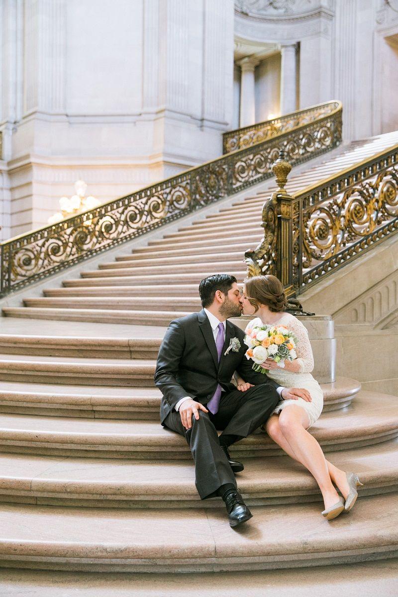 casal-se-beija-nas-escadas-do-cartorio-apos-casamento-civil