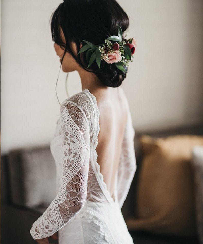 Penteado para noiva coque bagunçado com flores