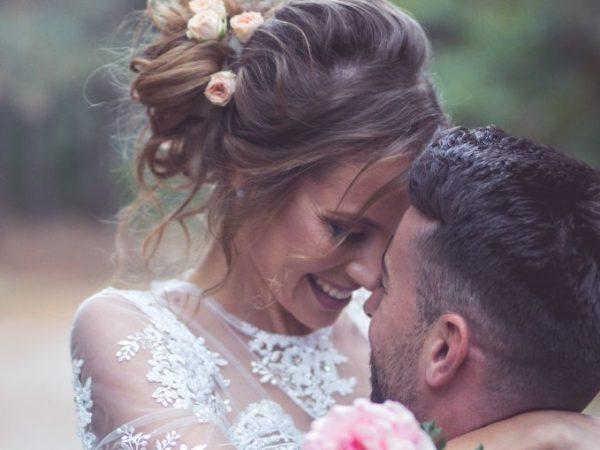 casal se abraça. Noiva usa vestido de noiva simples