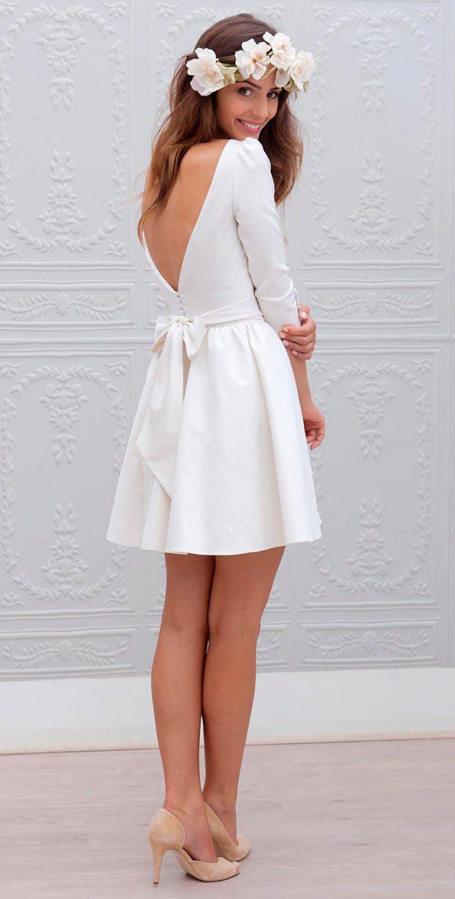 64824775e35 Vestido de noiva curto com arranjo de flores