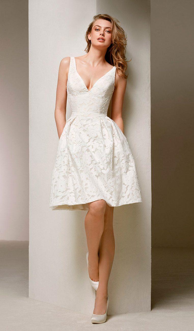 1ae28b01cdc9 Vestido de noiva curto modelo rendado com alça grossa