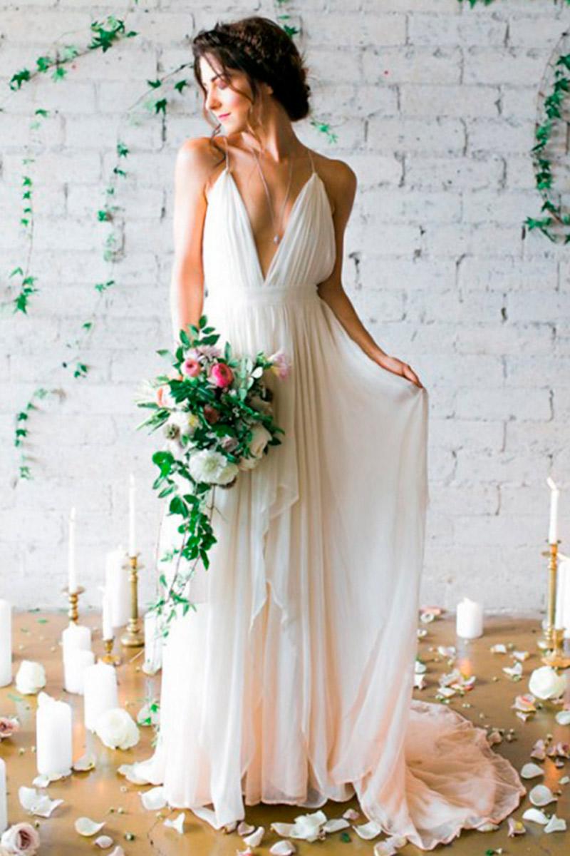 Vestido de noiva simples e elegante com as costas a mostra