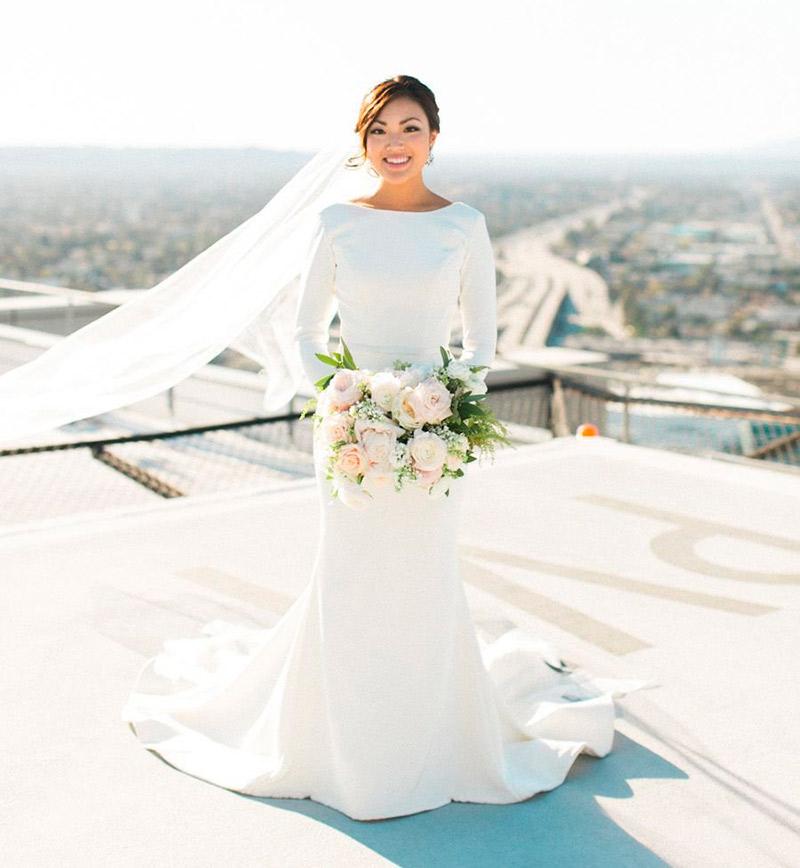 Vestido de noiva simples e elegante de maga comprida e véu