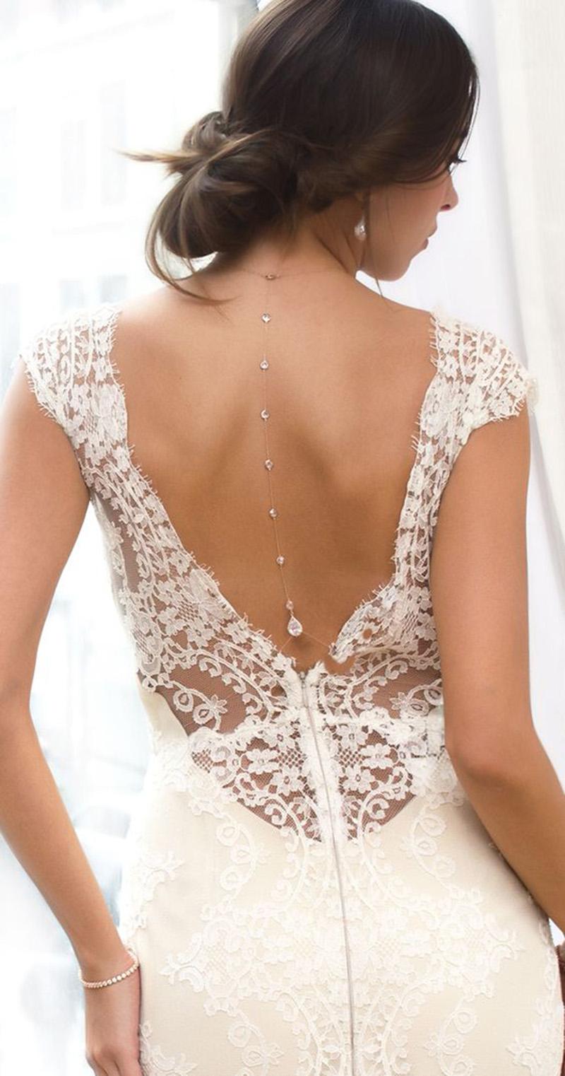 Vestidos de noiva com decote nas costas combinam melhor com colar invertido