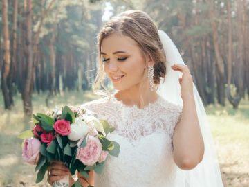 Noiva se prepara para entrar no casamento