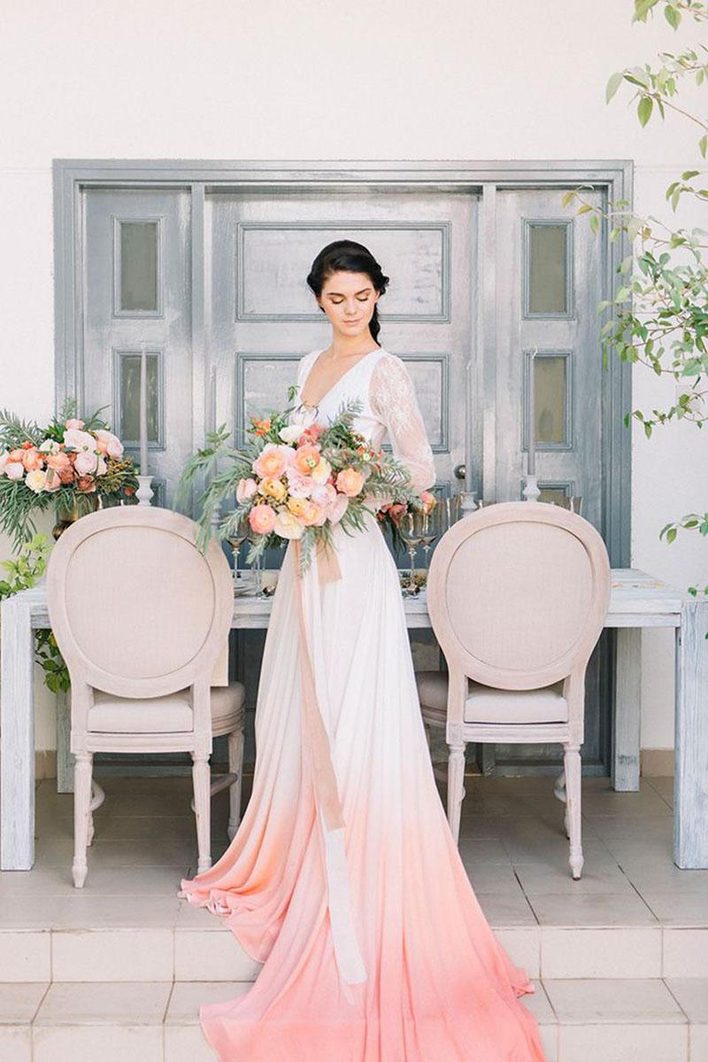 vestido de noiva com detalhe colorido